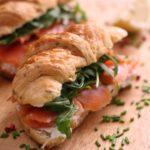 cornetti salati con salmone, philadelphia al limone e rucola