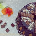 Fluffosa alla vaniglia con glassa al cioccolato fondente e barrette di cioccolato . La mia Chiffon cake per i più golosi!