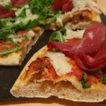 Pizza semintegrale con rucola, bresaola, raspadura e lievito madre