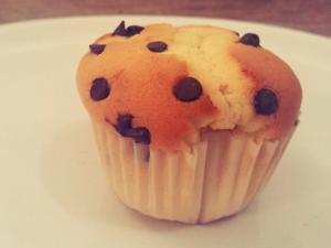 Muffin con gocce di cioccolato: come preparare i dolcetti americani alti e soffici