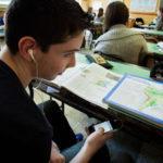 Sequestrato il telefonino che stava usando in classe: studente denuncia l'istituto per abuso di potere