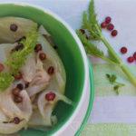 Finocchi stufati con cipolle novelle e grani di baie roses