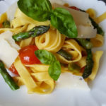 Tagliatelle con asparagi, pomodorini e scaglie di formaggio Bella Lodi, senza lattosio