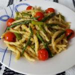 Trofie tricolore veloci, con asparagi e pomodorini