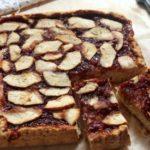 Crostata con mele e confettura di fragole e fragoline di bosco