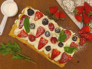 Millefoglie di ricotta e frutti di bosco: la ricetta del dolce fresco e delizioso