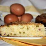 Torta di riso salata con piselli e pancetta