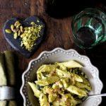 Pasta fredda con pesto di pistacchi, salmone affumicato, scamorza e zucchine grigliate