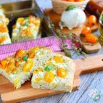 Focaccia soffice con pomodorini gialli e mozzarella di bufala