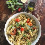 Ricette Pasta Fredda Estiva : Insalata di Pasta Mediterranea con Erbe Aromatiche al limone