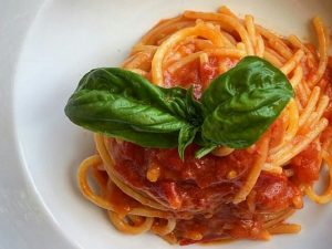 Spaghetti al pomodoro: la ricetta del primo piatto simbolo della cucina mediterranea