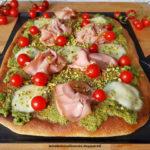 Pizza con Pesto di Pistacchio Sciara, Mortadella, Pomodorini e Granella di Pistacchio