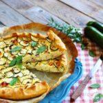 Torta salata di brisè con zucchine e bacon