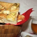 Focaccia con carciofini sottolio e parmigiano