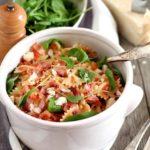 Pasta fredda con pancetta, pachino, rucola e scaglie di parmigiano