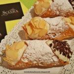 Cannoli con Crema di Mandorle Sciara, lamelle di mandorla e scaglie di cioccolato