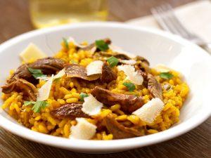 Risotto ai funghi porcini e zafferano: la ricetta del primo piatto profumato