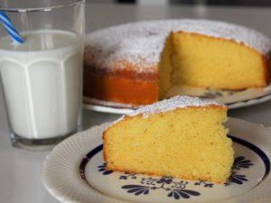 Torta al latte caldo: la ricetta del dolce alto e soffice