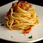 Spaghetti al sugo di pacchetelle e acciughe