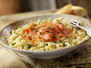 Risotto al salmone: la ricetta del primo piatto semplice e raffinato