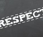 Alzarsi in piedi quando un insegnante entra nell'aula  è un comportamento da caserma ?