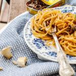 Spaghetti con pesto di alici piccanti, pomodori secchi e pinoli
