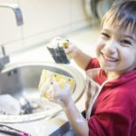 Uno Studio Dimostra che i Bambini Impegnati nelle Faccende Domestiche Diventeranno Persone di Successo