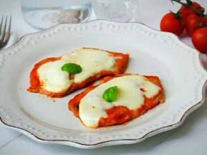 Scaloppine alla pizzaiola: la ricetta del secondo piatto filante e gustoso