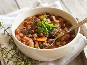 Zuppa di legumi misti: la ricetta del primo piatto sano e nutriente