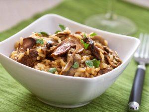Risotto ai funghi porcini secchi: la ricetta del primo piatto dal profumo di bosco