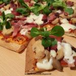 Pizza con pomodoro, speck, funghi champignon, asiago e valeriana