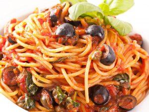 Spaghetti olive e capperi: la ricetta del primo piatto dal sapore mediterraneo