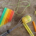 Come si realizza un flauto fai da te con le cannucce di plastica