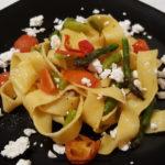 Pappardelle con asparagi, pomodorini e feta