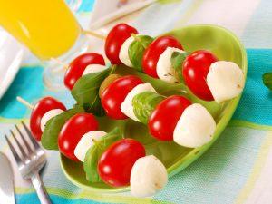 Spiedini di mozzarella: la ricetta veloce e gustosa con pomodorini e basilico